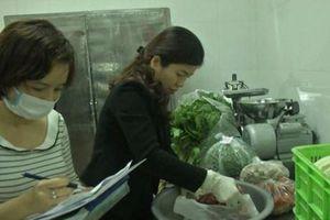 Hà Nội: Phụ huynh trực tiếp giám sát thực phẩm bữa ăn học đường