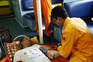Vượt biển đưa thuyền viên nước ngoài bị bệnh về bờ cấp cứu