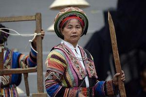 Người phụ nữ mang văn hóa dệt sang tận trời Âu, giúp đỡ bao phụ nữ nghèo nơi biên giới