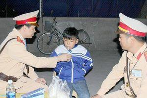 Cảnh sát đưa cháu bé bơ phờ vì lạc đường về nhà trong đêm
