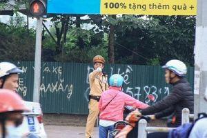 Dòng người dắt xe máy ngược chiều dưới lòng đường: CSGT Hà Nội nói gì?
