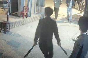 3 thanh niên cộm cán vác kiếm chém nhau giữa phố