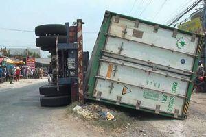 Lật xe container đè chết ba người ở Đồng Tháp