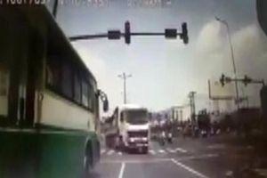 Tài xế vượt đèn đỏ suýt gây tai nạn thảm khốc bị phạt… 1,5 triệu