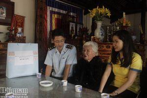 Thanh niên Hải quan tặng quà Mẹ Việt Nam Anh hùng tại Hải Phòng