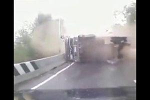 Clip: Xe tải vào cua gấp, lật ngửa đè bẹp người đi đường