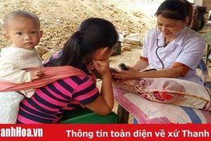 Gần 400 người dân các xã Tam Chung, Quang Chiểu (Mường Lát) được khám bệnh và cấp thuốc miễn phí