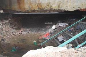 Vỡ đường ống dẫn nước gây sụt lún trong nhà dân tại TP Hồ Chí Minh