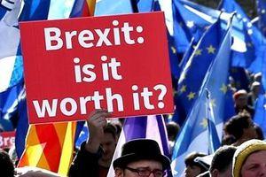 Gần 4 triệu Anh người kí tên đòi hủy Brexit