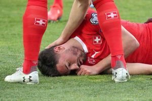 Sao Newcastle bất tỉnh trên sân sau pha va chạm tại vòng loại Euro