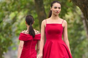 Hồng Quế và dàn mẫu trình diễn thời trang ở công viên Hà Nội