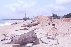 Kè biển 80 tỉ xây xong đã nát: Không thể phủi bỏ trách nhiệm!