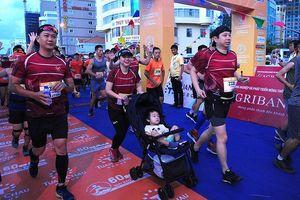 Những hình ảnh 'đốn tim' trên đường chạy marathon Tiền Phong
