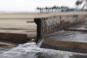 Mưa lớn, nước thải đen ngòm lại ào ào tống ra biển TP.Đà Nẵng