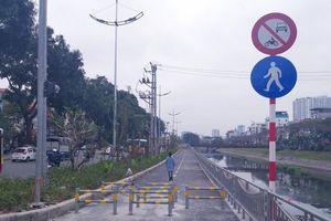 Dựng rào chắn trên đường đi bộ ven sông Tô Lịch