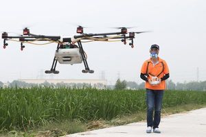 Phi công lái drone - nghề hot nhất ở nông thôn Trung Quốc