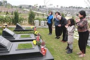 Gần Tết thanh minh, nhiều người tranh thủ tảo mộ sớm ngày cuối tuần