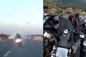 Clip phượt thủ nát người khi chạy tốc độ bàn thờ lao mô tô vào đầu ô tô