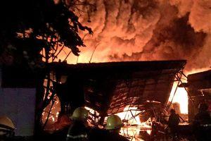 Lửa bùng phát mạnh, nhà kho chứa nguyên liệu bị thiêu rụi