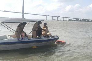 Cảnh sát quăng phao cứu sống nam thanh niên nhảy cầu Cần Thơ tự tử