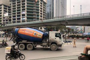 Xe bồn trộn bê tông Hoàng Minh nghênh ngang trên phố bị CSGT tuýt còi