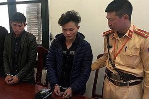 Hai thanh niên đi xe máy vào đường cao tốc bị CSGT kiểm tra phát hiện ma túy