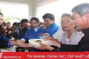 Hơn 200 bát cháo tình thương trao tặng bệnh nhân nghèo huyện Cẩm Xuyên