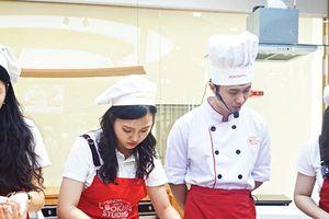 Top 15 đại sứ thiện chí Hoa Anh Đào trổ tài làm sushi