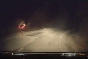 Clip: Tài xế buồn ngủ, lái ô tô băng băng lao xuống vực