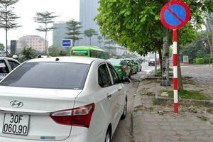 Hà Nội: Nhức nhối những hàng dài ô tô chiếm lòng đường làm nơi đỗ xe