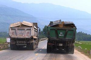 'Binh đoàn' xe chở đất, cát vi phạm trên QL14B, thản nhiên 'qua mặt' CSGT