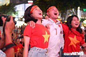 Người Sài Gòn hãnh diện xuống đường ăn mừng Việt Nam thắng đậm Thái Lan