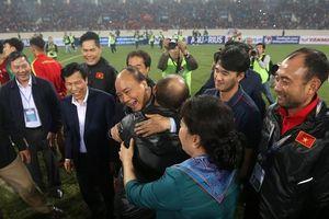 Việt Nam đại thắng Thái Lan, Thủ tướng Nguyễn Xuân Phúc vui mừng với HLV Park