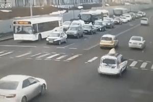 Xe bus đâm vào dòng xe dừng đèn đỏ gây tai nạn thảm khốc ở Kazakhstan