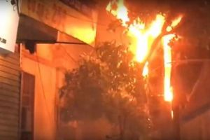 Cháy lớn tại cửa hàng bán đồ ăn trên đường Đê La Thành