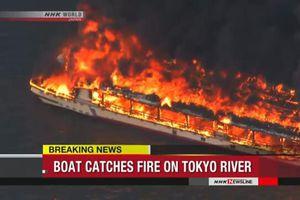Lửa thiêu rụi nhà hàng nổi trên sông, 4 người may mắn thoát chết