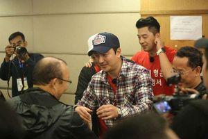 CLIP: Ahn Jung-hwan vào phòng họp báo, trực tiếp chia vui với HLV Park Hang-seo