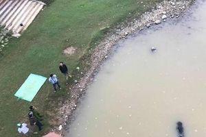 Tá hỏa phát hiện thi thể nữ trôi sông, xe máy điện vẫn trên cầu