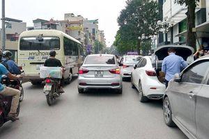 Ô tô vô tư đỗ dưới lòng đường, 'bóp nghẹt' giao thông nhiều tuyến Hà Nội