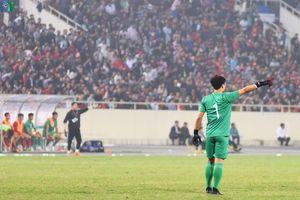 Bùi Tiến Dũng đi dạo trên sân, 'nhìn yêu' cầu thủ U23 Thái Lan
