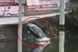 Clip: Tài xế đạp nhầm chân ga, ô tô bay thẳng xuống sông