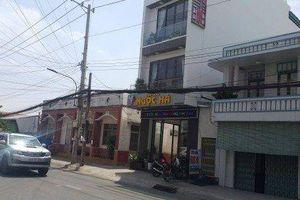 'Nữ quái' cầm hung khí đe dọa chủ tiệm vàng, cướp dây chuyền ở Long An
