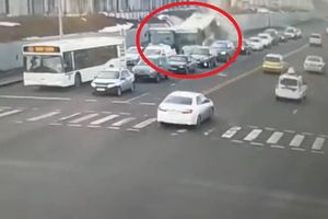 Kinh hoàng xe bus tông hàng loạt xe chờ đèn đỏ