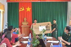Đoàn công tác Bộ chỉ huy BĐBP tỉnh Gia Lai tặng quà cho xã biên giới Ia O