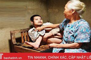 Quặn lòng cha mẹ già ngoài 80 tuổi nuôi con tàn tật