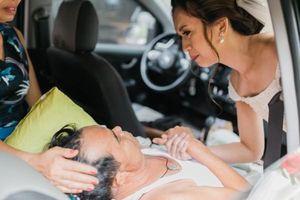 Bức ảnh gây xúc động nhất hôm nay: Cô dâu cầm tay cha ung thư đột ngột ngã bệnh trước lễ cưới