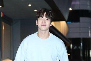 Tiệc liên hoan 'Chạm vào tim em': Lee Dong Wook -Yoo In Na 'mất dạng', Lee Sang Woo bảnh trai