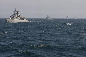 Tàu hải quân Nga hộ tống tàu chiến NATO trên Biển Đen