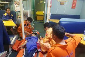 Kịp thời cấp cứu nạn nhân bị thương nặng trên biển