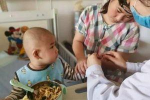 Trung Quốc: Ông bố cứu con bị bệnh nhờ được trả ơn bằng 200 tấn củ cải